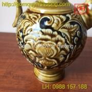 Hoa văn khắc tinh tế trên bình rượu gốm sứ