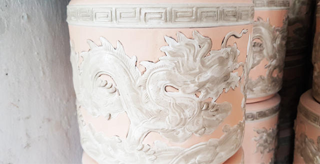 Quy trình sản xuất đồ gốm men rạn cổ bôi nến lên họa tiết